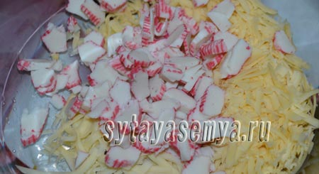 salat-s-krabovymi-palochkami-risom-i-kukuruzoj-1