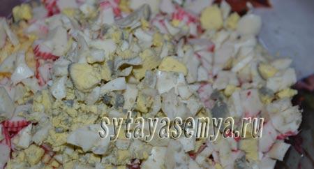 salat-s-krabovymi-palochkami-risom-i-kukuruzoj-2