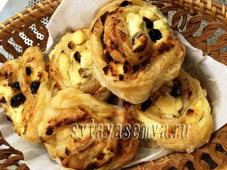 Печенье из слоеного теста с творогом рецепт с фото