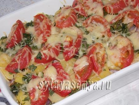 Картофельная запеканка с грудинкой и помидорами