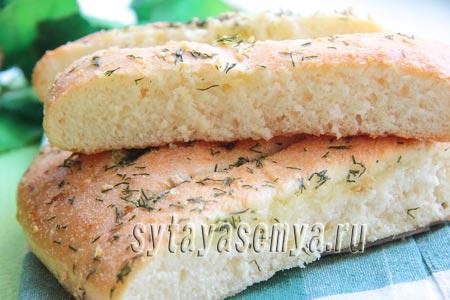 Постный хлеб с зеленью и чесноком