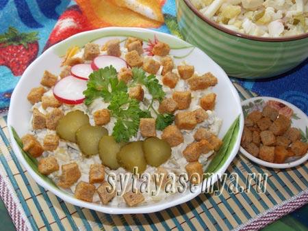 Салат с кальмарами и сухариками