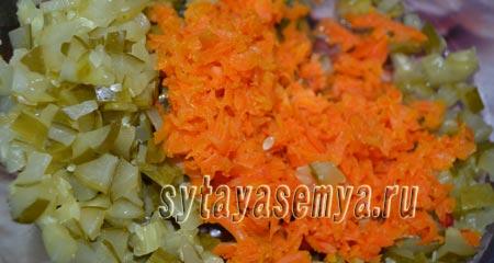 салят-s kopchenoj-колбаски-ogurcom-я-syrom-1