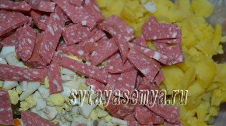 салят-s kopchenoj-колбаски-ogurcom-я-syrom-4