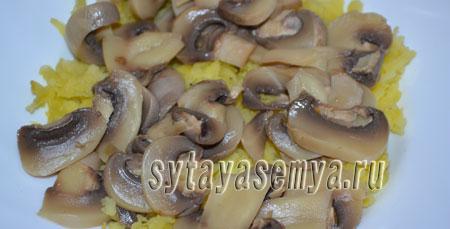 sloenyj-salat-s-kuricej-i-gribami-1