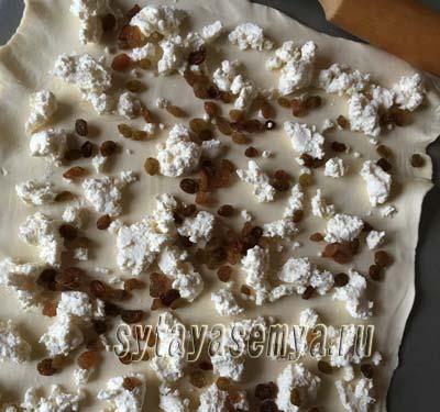 Печенье из слоеного теста с творогом и изюмом