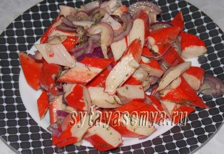салат с маринованными крабовыми палочками