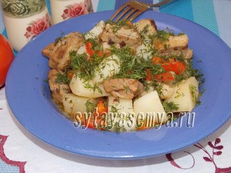 картофель со свининой в сковороде